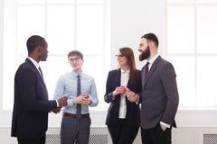 Многонациональная корпоративная встреча успешных менеджеров в официально носке в офисе, бизнесменах с космосом экземпляра Стоковое фото RF