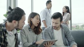 Многонациональное творческое разнообразие команды молодые люди собирает команду держа кофейные чашки и обсуждая встречать идей