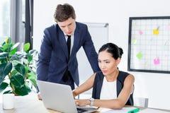 Многонациональные бизнесмены работая на компьтер-книжке Стоковое Изображение