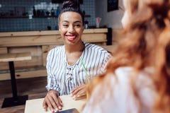 Многонациональные девушки в кафе Стоковые Фото