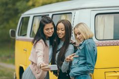 Многонациональные девушки принимая selfie Стоковые Фото
