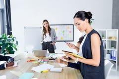 Многонациональные коммерсантки в офисе Стоковое Фото