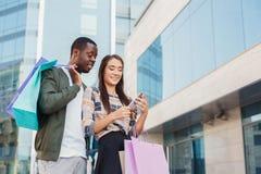 Многонациональные пары ходя по магазинам совместно Стоковые Фото