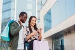 Многонациональные пары ходя по магазинам совместно Стоковая Фотография RF
