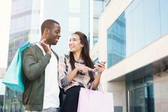 Многонациональные пары ходя по магазинам совместно Стоковое фото RF