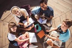 Многонациональные подростки изучая совместно Стоковая Фотография RF
