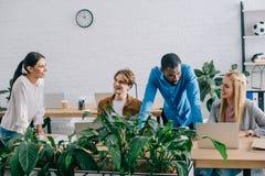 многонациональные предприниматели работая на таблице с ноутбуками стоковые фотографии rf