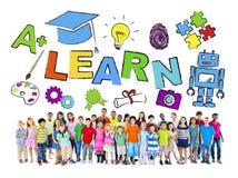 Многонациональная группа в составе дети и концепция учить стоковое изображение rf