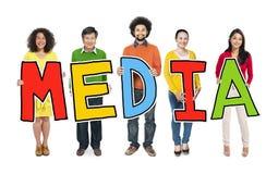 Многонациональная группа людей держа средства массовой информации письма стоковые изображения rf