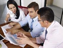 Многонациональные бизнесмены встречая в офисе Стоковые Фото