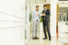 Многонациональные бизнесмены в офисе Стоковые Фото