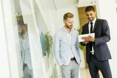 Многонациональные бизнесмены в офисе Стоковые Изображения
