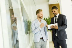 Многонациональные бизнесмены в офисе Стоковое Фото