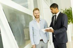 Многонациональные бизнесмены в офисе Стоковое Изображение