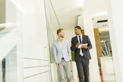 Многонациональные бизнесмены в офисе Стоковое Изображение RF