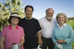 Многонациональные игроки в гольф стоя совместно стоковое изображение