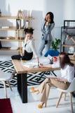 Многонациональные коммерсантки в официально носке работая на офисе совместно Стоковые Изображения