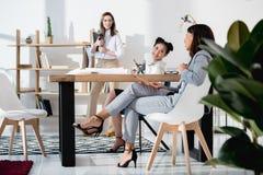 Многонациональные коммерсантки в официально носке работая на офисе совместно Стоковое Фото