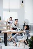 Многонациональные коммерсантки в официально носке работая на офисе совместно Стоковая Фотография RF
