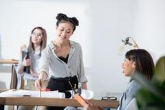 Многонациональные коммерсантки в официально носке работая на офисе совместно Стоковая Фотография