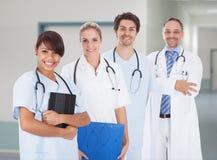 Многонациональные доктора с стетоскопами вокруг шеи в больнице Стоковые Фотографии RF