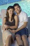 Многонациональные пары сидя совместно на шезлонге Стоковые Фотографии RF