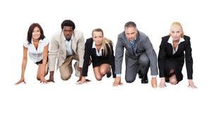 Многонациональные предприниматели готовые для того чтобы участвовать в гонке стоковое изображение rf