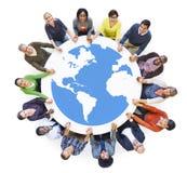 Многонациональные разнообразные люди в круге держа руки Стоковая Фотография