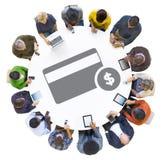 Многонациональные люди используя приборы цифров с символом кредитной карточки стоковая фотография rf