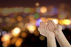Многообещающе, котор держат руки Стоковые Фото