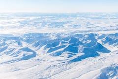 Многочисленные горы и долины покрытые снегом стоковое фото rf
