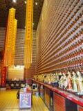Многочисленные статуи Будды, включаемые в стены 10 тысяч монастыря Buddhas стоковая фотография rf