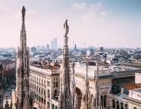 Многочисленные статуи на вахтах Милана di Duomo steeples на lif города Стоковые Фотографии RF