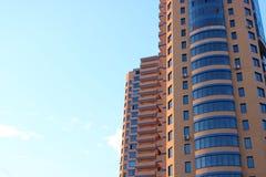 Многоэтажное здание в ow  MosÑ Стоковая Фотография RF