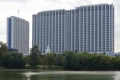 Многоэтажное здание рекой в Москве Стоковая Фотография