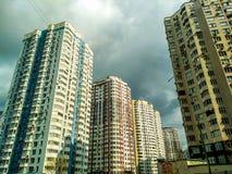 Многоэтажные здания и технология слова на облаках стоковое фото rf