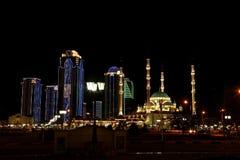 Многоэтажные здания города Грозного и сердце мечети Чечни Стоковое Изображение RF