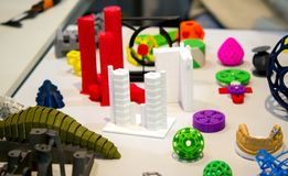 Много абстрактных моделей напечатали концом-вверх принтера 3d Стоковое Изображение RF