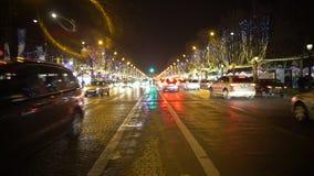 Много автомобилей управлять дорога города ночи, деревья украшенные с яркий сверкнать освещает сток-видео