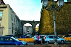 Много автомобили управляют вокруг города Стоковое фото RF