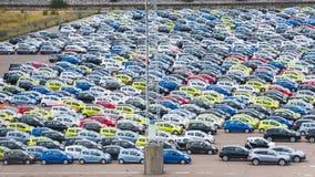 Много автомобилей в квадрате автостоянки Стоковые Фото