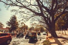Много автомобили, мотоцилк и autorickshaw управляя на улице вполне кораблей в движении Стоковое Изображение RF