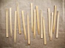 Много азиатских деревянных палочек аранжировали в ряд предпосылку Стоковые Изображения
