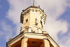 Много антенны для мобильной телефонной связи на башне старого здания в St Peterburg Стоковое Фото