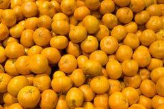 Много апельсины в рынке Стоковая Фотография