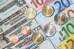 Много банкноты евро и доллара и монетки евро Стоковое Изображение