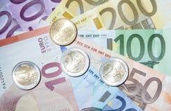 Много банкноты и монеток eoru Стоковые Изображения RF