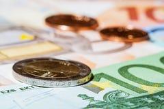 Много банкноты и монеток eoru Стоковые Фотографии RF