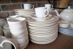 Много белых плит штабелированы совместно стог белого блюда стоковое фото