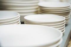 Много белых различных плит штабелированных совместно стоковое фото rf